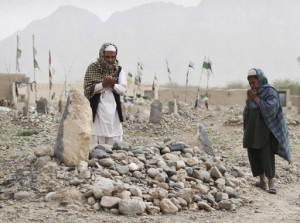 24.03.12 Kandahar. Nad grobem jednej   z ofiar masakry, 7-letniej dziewczynki.