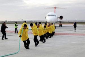 12.12.11 Gdańskie lotnisko. Słynne już zdjęcie polityków PO ciągnących samolot OLT Express. Firma była finansowana przez Amber Gold i zatrudniała syna premiera.