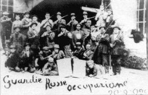 Uzbrojeni robotnicy okupują zakład.