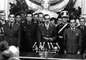 Przywódca junty gen. Jorge Videla (w środku) podczas zaprzysiężenia na stanowisko prezydenta po puczu, 24 marca 1976.