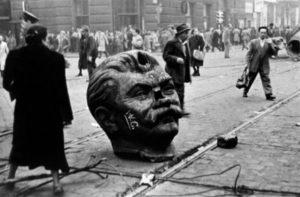 23.10.1956. Budapeszt. Pomnik Stalina obalony – początek prawdziwej rewolucji pracowników.
