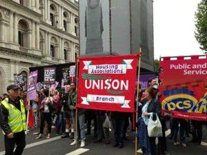 01.06.13 Londyn, dzielnica ministerstw. Faszyści z BNP nie przeszli. Wśród antyfaszystów były związkowe transparenty.