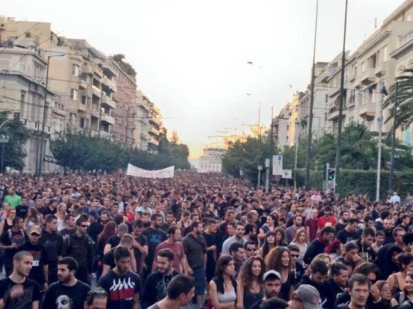 Ateny.25.09.13.Ponad 60 tys. osób w manifestacji przeciw nazistowskiemu Złotemu Świtowi. Większość poszła pod samą siedzibę nazistów.