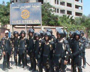 Sierpień 2013, Suez. Strajkujący hutnicy oblężeni przez żołnierzy.