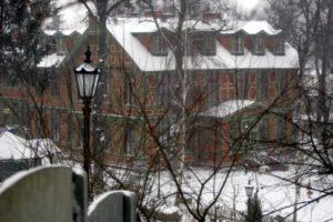 Zabytkowa rezydencja metropolity gdańskiego Sławoja Leszka Głodzia.  Po ogrodach spaceruje nawet stado danieli!