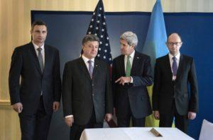 """01.02.14 Kliczko, """"król czekolady"""" Poroszenko, sekretarz stanu USA Kerry i Jaceniuk podczas tzw. Konferencji Bezpieczeństwa."""