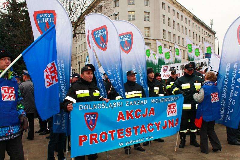 19.02.14 Strażacy pod Sejmem podczas protestu służb mundurowych.