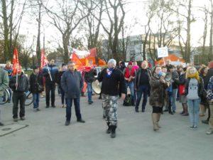 01.03.14 Przed Sejmem. Związkowcy, zwolennicy RSS i feministki razem z opiekunami.