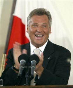 08.06.2003 Cieszy się Aleksander Kwaśniewski po ogłoszeniu wyniku unijnego referendum. Trzeba było dwóch dni głosowań by frekwencja przekroczyła 50%  i wynik był ważny.