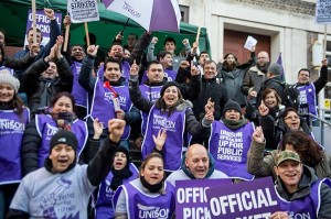 04.2014 Strajkujący pracownicy - imigranci sprzątający w SOAS, jednej z uczelni Uniwersytetu Londyńskiego - wygrali 7 dni więcej urlopu, prawo do zasiłku chorobowego i wyższe emerytury.