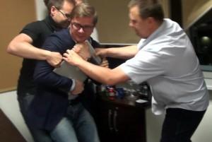 18.06.14 Dzięki solidarności dziennikarzy nie udało się ABW wyrwać laptopa naczelnemu tygodnika Wprost.