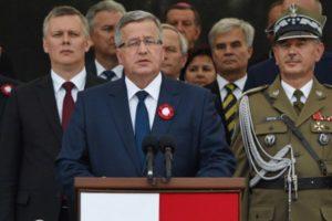 15.08.14 Prezydent Komorowski przyjmuje defiladę wojskową.