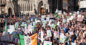 10.12.14 Dublin. Ponad 100 tys. osób protestuje przed  parlamentem przeciwko opłatom za wodę.