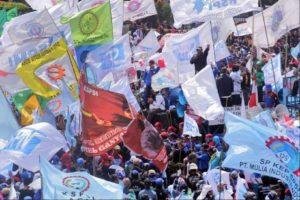 10.12.14 Dżakarta, Indonezja. Pracownicy uczestniczący w milionowym strajku żądają wyższych pensji, po tym jak prezydent Joko Widodo podwyższył ceny paliwa o 30%.