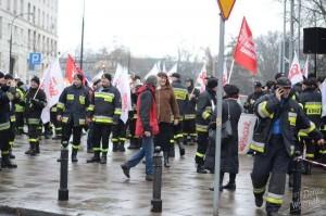 18.12.14 Dwie pikiety zbiegły się pod Sejmem – Ruchu Sprawiedliwości Społecznej ws. ustawy zakazującej eksmisji na bruk oraz strażaków z Solidarności.