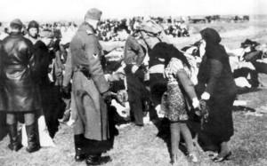 Żołnierze Einsatzgruppen prowadzą kobiety na śmierć.