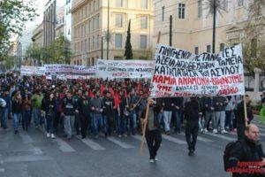 """23.04.15 Ateny. Tysiące ludzi protestowało pod hasłem  """"Grecy, imigranci razem""""."""