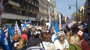 Strajk pielęgniarek i położnych został potwierdzony. Na 12 maja Ogólnopolski Związek Zawodowy Pielęgniarek i Położnych planuje dwugodzinny strajk ostrzegawczy. W zakładach pracy, w których strajku tego dnia nie będzie, planowane są inne formy protestu - powiedziała 28 kwietnia przewodnicząca związku Lucyna Dargiewicz. Na zdjęciu: protest pielęgniarek pod Urzędem Wojewódzkim w Łodzi, który się odbył 22 kwietnia.