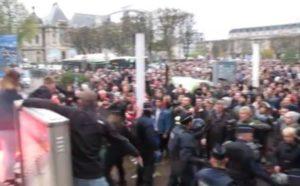 14.11.15 Lille, Francja. Faszyści z Frontu Narodowego przepędzeni przez uczestników demonstracji milczenia i solidarności z ofiarami zamachów.