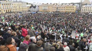 """24.09.16 Helsinki. 20 tys. osób protestowało w stolicy Finlandii po tym, jak 28-latek został śmiertelnie pobity przez nazistów. Demonstracje odbyły się także winnych miastach. Głównymi hasłami protestów były:  """"Zatrzymać ich"""" oraz """"Dość rasizmu i faszyzmu!""""."""