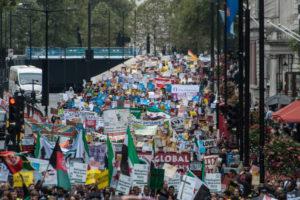"""17.09.16 Londyn.  Około 20 tys. osób z całego kraju przemaszerowało ulicami stolicy Brytanii  pod hasłem """"Uchodźcy mile widziani!""""."""