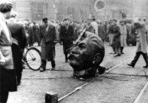 Budapeszt 1956 r. Zniszczony pomnik Stalina.