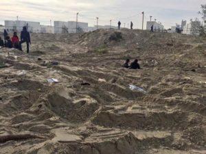 """Calais. Na początku listopada kilkaset osób, wśród nich dzieci, wciąż śpi gdzie popadnie, w zniszczonym obozie nazwanym """"dżunglą"""". Kolejne 1500 mieszka w rządowych kontenerach, gdzie otrzymują jeden posiłek dziennie. 2000 osób uciekło od represji policji do Paryża, gdzie ich namioty są niszczone przez… policję."""